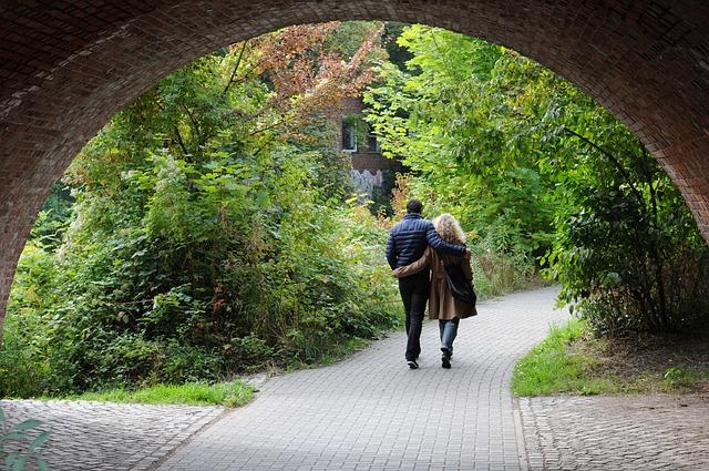 橋の下の2人