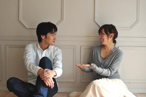 会話中のカップル