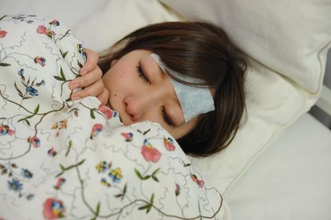 風邪で寝ている彼女