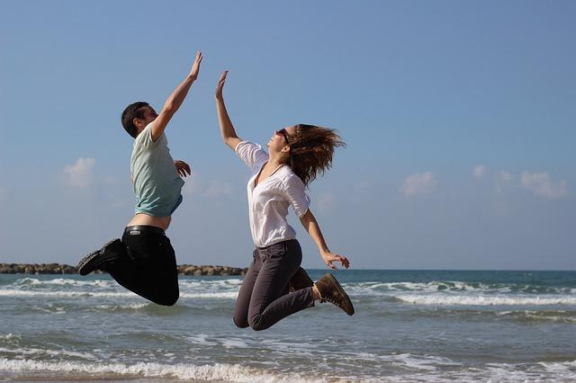 海の前でジャンプ