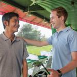 男友達とゴルフをする男性