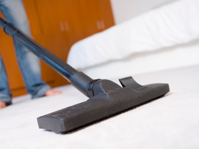 ずっと掃除をしている男性