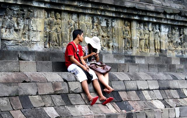 休憩中のアジア圏のカップル
