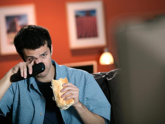 映画を見て泣く男性