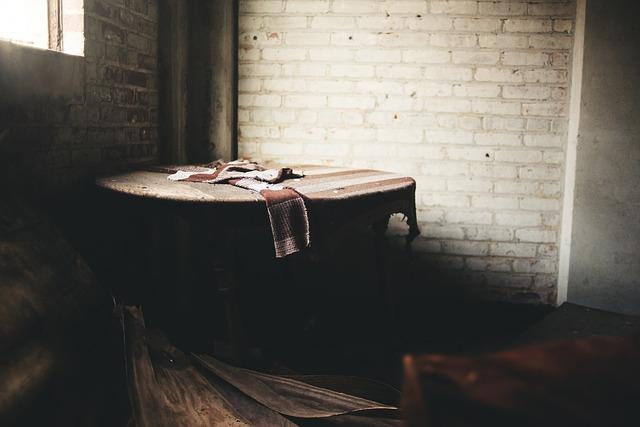 ボロボロのテーブル