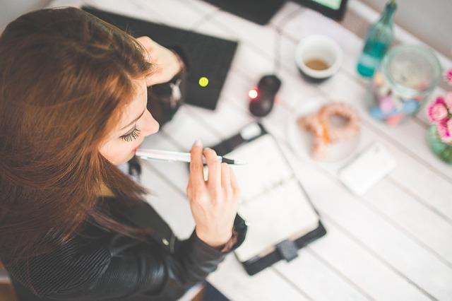 勉強中の若い女性