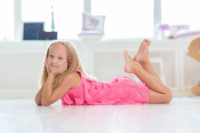 ピンクのドレスを着た少女