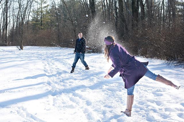 雪合戦中のカップル