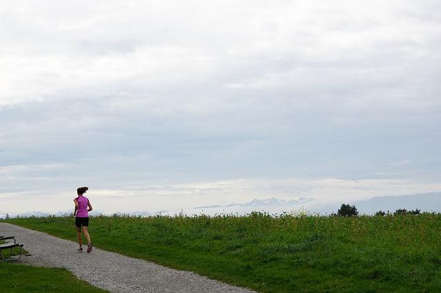 ジョギングをする女性
