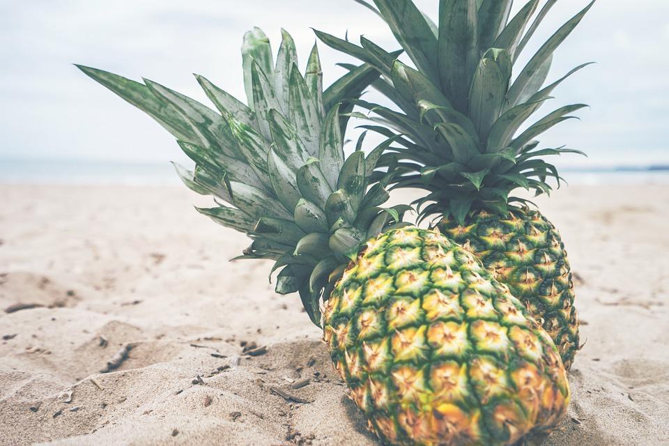 ビーチとパイナップル