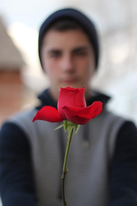 男性とバラ