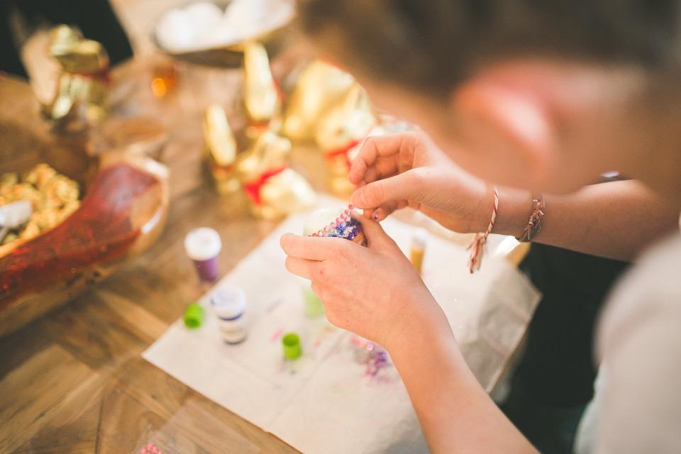 手作りしている女性