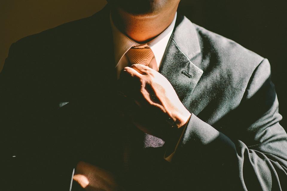 ネクタイをつける男性