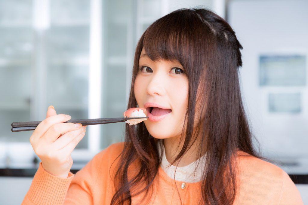 寿司を食べる女性