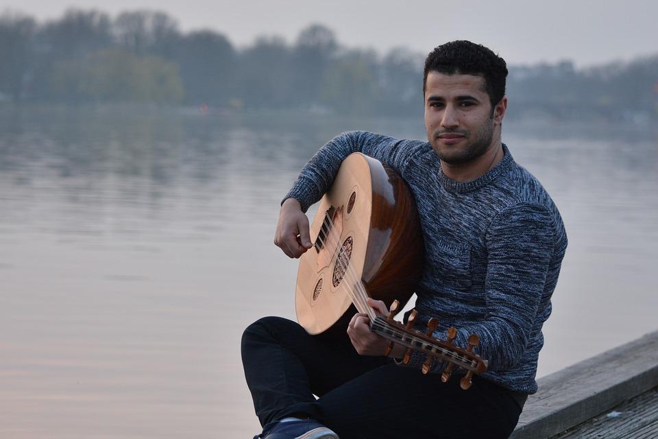 民族楽器を弾く男性