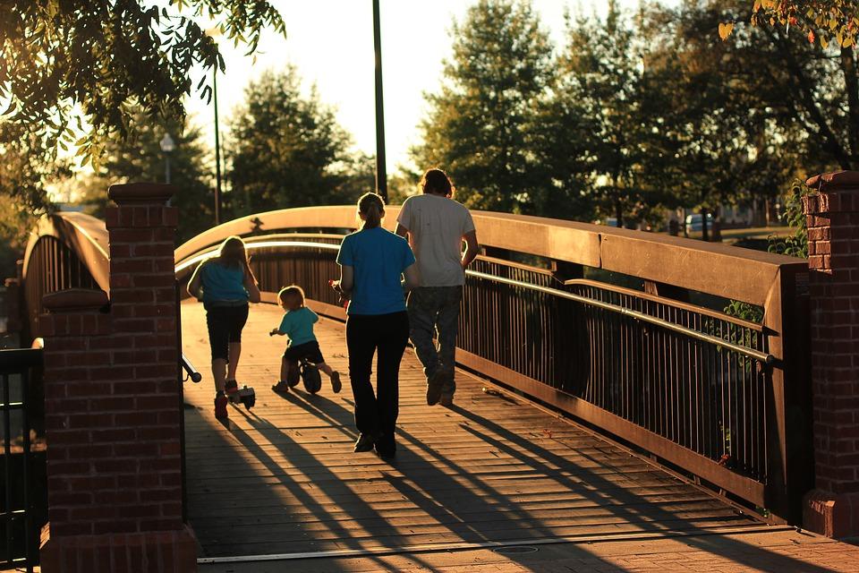 夕暮れ時に散歩している家族