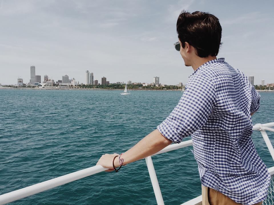 舟に乗る若い男性