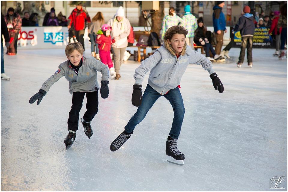 スケートをする少年達