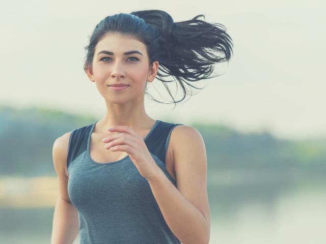 朝からジョギングする女性